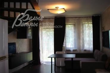 В гостиной итальянская мебель, хороший ремонт.